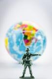Assassinez du mini jouet en plastique de soldat Images stock
