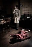 Assassino com a mulher inoperante que encontra-se no assoalho foto de stock