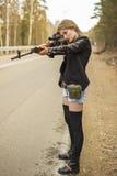 Assassino da menina que espera sua vítima na estrada Fotos de Stock