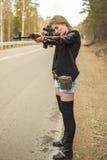 Assassino da menina que espera sua vítima na estrada Imagem de Stock Royalty Free