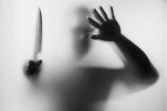 Assassino do horror Homem perigoso atrás do vidro geado com um k imagens de stock royalty free
