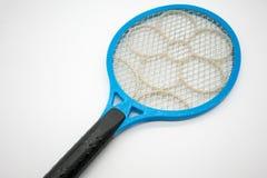 Assassino plástico azul da raquete do mosquito com rede e a flor elétricas imagem de stock