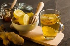 Assassinos naturais da gripe - chá quente do limão com gengibre e mel Foto de Stock