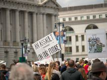 """""""Assault na nasz future† znaku przy Marzec dla Nasz żyć zbiera Zdjęcie Stock"""