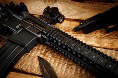 Assault rifle on a wooden table Royalty Free Stock Photos