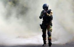 Assaut de force spéciale sous l'écran de fumée photographie stock libre de droits