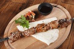 Asse a carne de porco com salada, pão do pão árabe e molho Fotografia de Stock