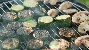 Asse a grade Abóboras e cogumelos do churrasco Fotografia de Stock Royalty Free