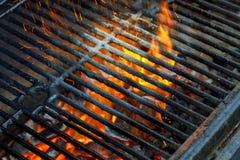 Asse a grade, o carvão quente e chamas ardentes Você pode ver mais BBQ, alimento grelhado, Fotografia de Stock Royalty Free