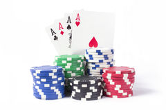 4 Asse und Pokerchips Stockfoto