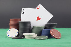 Asse und Pokerchips Stockfotos