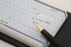 Assegni di affari con la penna nera Immagine Stock Libera da Diritti