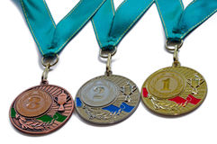 Assegni l'argento dell'oro delle medaglie e bronzi i colori con i nastri verdi Fotografia Stock