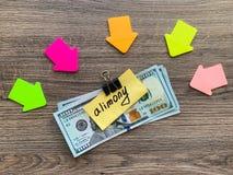 Assegno alimentare di pagamenti Dollari del mucchio con l'assegno alimentare ed i soldi del segno Concetto di separazione e di di immagini stock libere da diritti