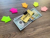 Assegno alimentare di pagamenti Dollari del mucchio con l'assegno alimentare ed i soldi del segno Concetto di separazione e di di immagini stock