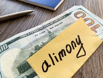 Assegno alimentare di pagamenti Dollari del mucchio con l'assegno alimentare ed i soldi del segno Concetto di separazione e di di fotografia stock