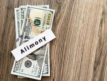 Assegno alimentare di pagamenti Dollari del mucchio con l'assegno alimentare ed i soldi del segno Concetto di separazione e di di fotografia stock libera da diritti