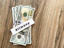 Assegno alimentare di pagamenti Dollari del mucchio con l'assegno alimentare ed i soldi del segno Concetto di separazione e di di immagine stock