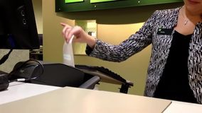 Assegno di deposito della gente al contatore della banca archivi video
