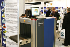 Assegno di obbligazione con i raggi X del metal detector fotografie stock