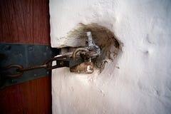 Asseguração antiga das portas com um cadeado velho imagem de stock royalty free