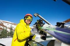 A asseguração ativa do homem esquia no telhado do carro imagem de stock royalty free