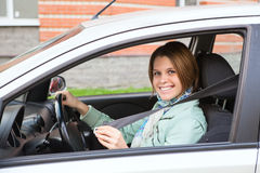 Asseguração da jovem mulher no carro imagens de stock royalty free
