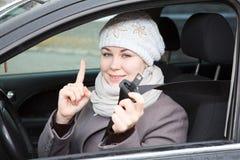 Asseguração da mulher com correia do carro imagens de stock royalty free