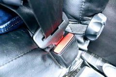 Asseguração de um cinto de segurança do automóvel fotos de stock