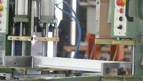 Asseguração de um esqueleto do metal dentro do perfil plástico Fábrica para a produção das janelas e das portas do PVC Trabalhos  filme