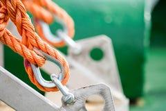 Asseguração de uma corda alaranjada imagens de stock