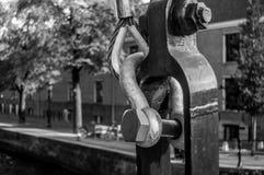Asseguração do metal e gancho velhos da ponte em Amsterdão Foto de Stock