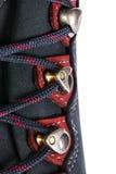 A asseguração dos laços em botas para a montanha caminha foto de stock