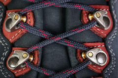 A asseguração dos laços em botas para a montanha caminha imagens de stock