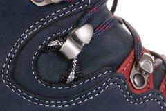 A asseguração dos laços em botas para a montanha caminha com reforçado imagens de stock royalty free
