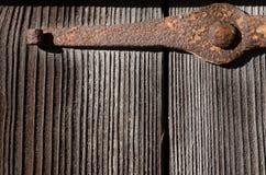 Asseguração oxidada do metal em grandes placas de madeira fotos de stock