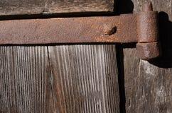 Asseguração oxidada do metal em placas de madeira grossas fotografia de stock royalty free