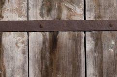 Asseguração oxidada velha do metal em placas de madeira grossas fotos de stock royalty free