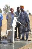 Assemblée d'une pompe dans Burkina Faso photo stock