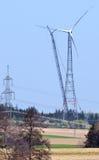 Assemblage van een nieuwe windmolen Stock Foto