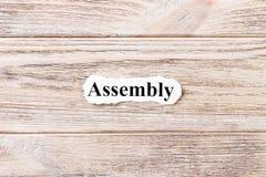 Assemblage van het woord op papier Concept Woorden van assemblage over een houten achtergrond stock fotografie