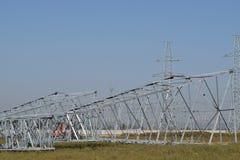 Assemblaggio ed installazione di nuovo supporto di una linea elettrica Fotografie Stock