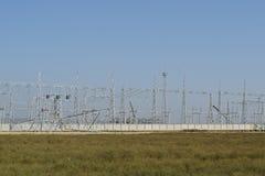 Assemblaggio ed installazione di nuovo supporto di una linea elettrica Immagine Stock Libera da Diritti