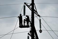 Assemblaggio ed installazione di nuovo supporto di una linea elettrica Fotografia Stock Libera da Diritti