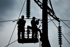 Assemblaggio ed installazione di nuovo supporto di una linea elettrica Immagini Stock Libere da Diritti