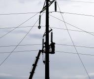 Assemblaggio ed installazione di nuovo supporto di una linea elettrica Fotografia Stock