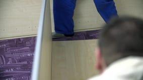 Assemblant la garde-robe en cours banque de vidéos