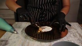 Assemblant le gâteau d'écrou-banane, enduisant du sirop, appliquant la crème de beurre, recouvrement bourrant, le processus entie banque de vidéos