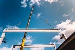Assemblea della costruzione del cantiere - crane il sollevamento del fascio del cemento del calcestruzzo prefabbricato fotografie stock libere da diritti