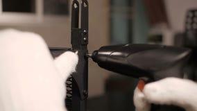 Assemblea della mobilia di DIY con il cacciavite senza cordone stock footage